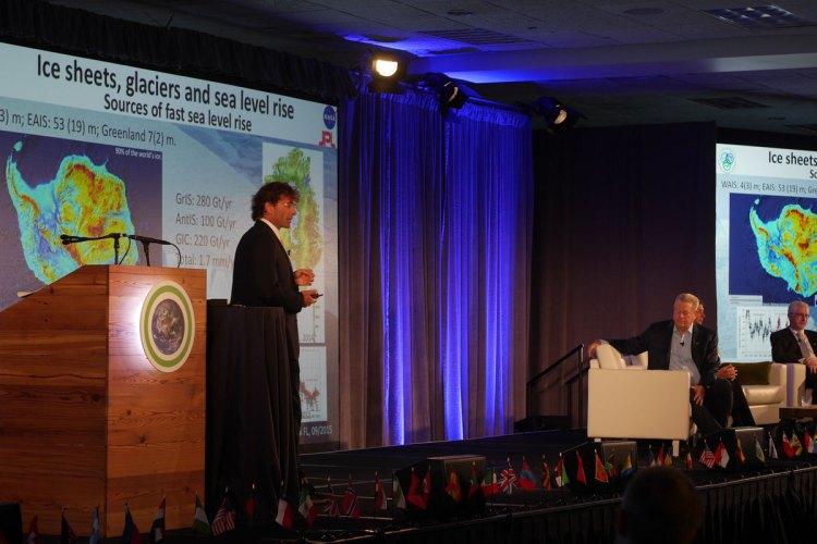 Professor Eric Rignot, JPL NASA förklarar olika scenarier rörande havsnivåhöjning. I bakgrunden Al Gore, Dr Tiffany Troxler och Albert Slap.