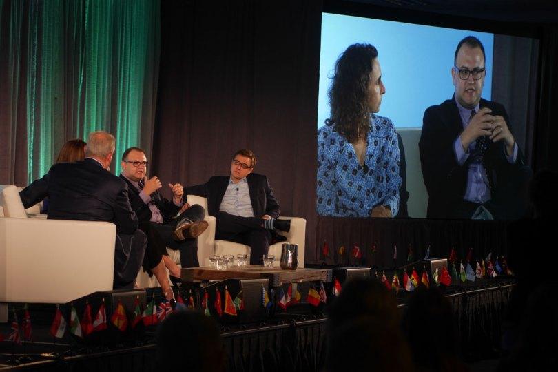 Paneldebatt, nej snarare -diskussion. Al Gore, Vanessa Haug (skymd), Elizabeth Kolbert (syns på skärmen), Andrew Freedman (syns på skärmen också) och Chris Hayes