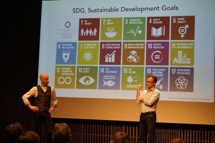 Moderator Niklas Malmfors (NCC) ställer frågor till mig under seminariet.