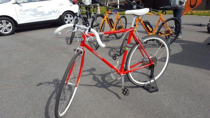 Crescents elcyklar. I förgrunden en stilren retrocykel som dock bara finns i ett exemplar.