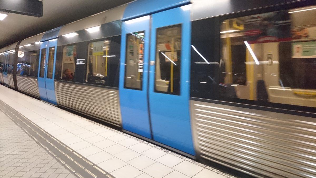 Slumpmässig reklam i tunnelbanan