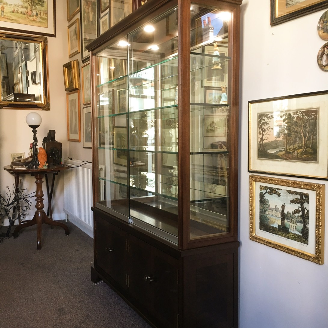 Display cabinet made from solid Utile