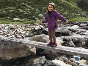 Meine kleine auf der Brücke