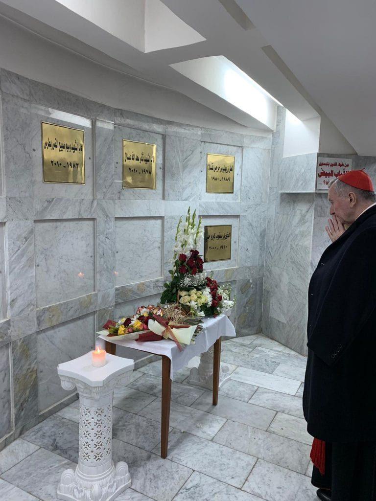 El cardenal Parolín rezando ante la tumba de los sacerdotes, el 27 de diciembre de 2018. CNS photo/Vatican Media/file.