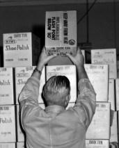 L43094 Man stacking boxes