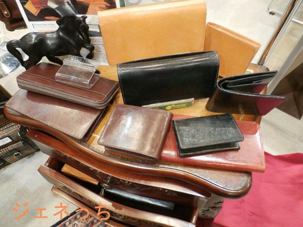 お財布や、バックに名前が、入れられるので、贈り物としても人気があります。