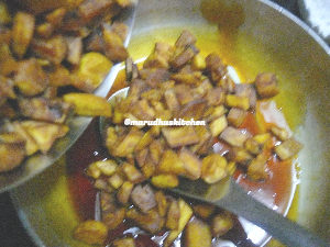 sarkara varatti upperi / jaggery coated banana chips