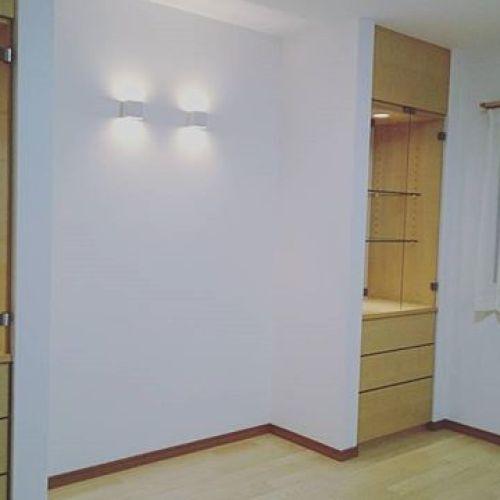 【作り付け家具】やっと家具が入りました。床のアッシュに合わせアッシュに塗装。オーダー家具は仕上がりがピッタリ。ガラス棚に何を飾ってくださるか楽しみです。中央はピアノの指定席です。ガラスは強化ガラスを入れました。棚の中にはタイルを貼っています。楽しいお仕事をさせていただき有難うございます。