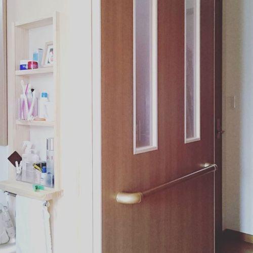洗面所までの手掛かりが無いので、洗面所と階段前に兼用の大きな引き戸を着けました。階段前に扉をつけたので一階の空調負荷も少なくなりました。92歳のお母様の為に優しい娘さんお二人です。こういうお仕事させていただくと、嬉しくなります(*^^*)