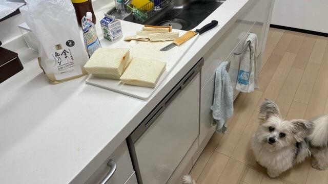パンの耳をカットしてフレンチトースト作る