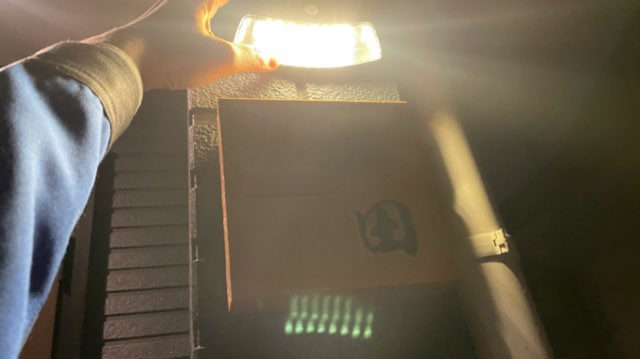 ソーラーセンサーライトで表札照らした