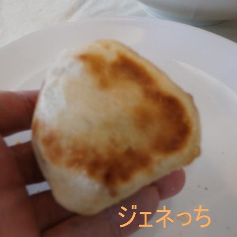 フライパンで焼いたパン手に