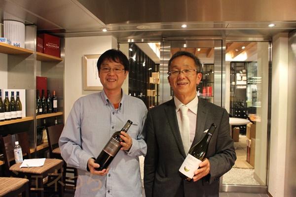 お好みのワインを手に、伊藤啓介さんと一枚