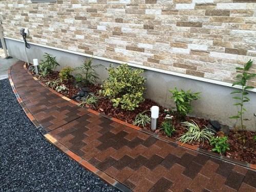 自然素材のウッドチップレンガと植栽