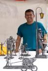 Artista Javier Vargas con sus obras