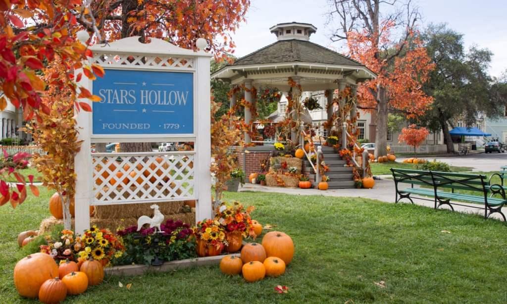 Screenshot of Stars Hollow with autumn decor to showcase autumn vibes.