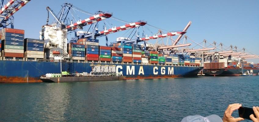 汚染の原因となる排気ガスを洗浄している船(小型船)