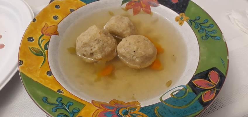 こちらがこのお祭りの日だけに食べられるマツァボール。