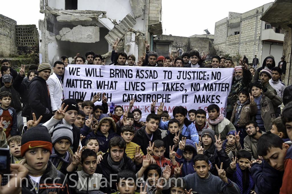 »Wir werden Assad zur Rechenschaft ziehen; egal wie viele Leben es kostet, egal wie viel Leid es noch bringt.« Das Foto wurde am 1. Februrar 2013 in der nordsyrischen Stadt Kafranbel von Oppositionellen aufgenommen, die ein Zeichen ihrer Entschlossenheit im Kampf gegen das Regime setzen wollten