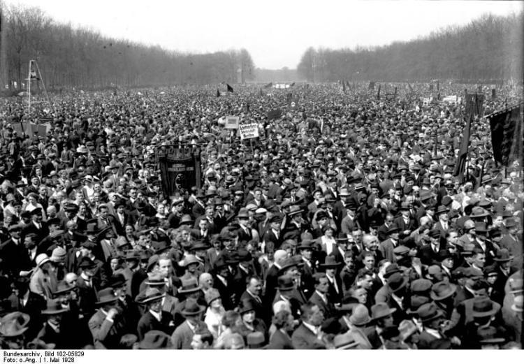 Die große Maidemonstration auf der Treptower Festwiese in Berlin - Treptow! Blick auf die hunderttausendköpfige Menschenmenge während der Feier.
