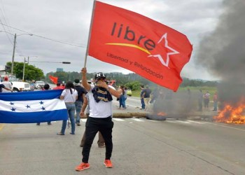 """TEG401. TEGUCIGALPA (HONDURAS), 30/11/17.- Simpatizantes de la Alianza de Oposición contra la Dictadura se manifiestan hoy, jueves 30 de noviembre de 2017, en el municipio de La Lima (Honduras). Activistas de la Alianza de Oposición contra la Dictadura mantienen protestas desde tempranas horas de este jueves en Tegucigalpa y otras ciudades del país contra un supuesto """"fraude"""" en los comicios. EFE/José Valle"""