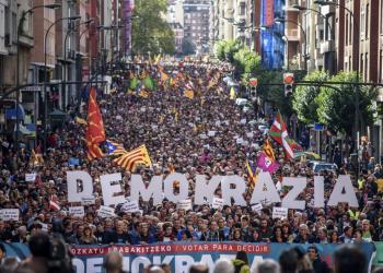 """16/09/2017. Bilbao. Bizkaia. País Vasco. DEBATE CATALUÑA -Bilbao- Manifestación convocada por la organización soberanista Gure Esku Dago en apoyo al referéndum catalán, bajo el lema """"Votar para decidir"""" y """"democracia"""", con asistencia de EH Bildu y PNV. ARABA PRESS/PATXI CORRAL"""