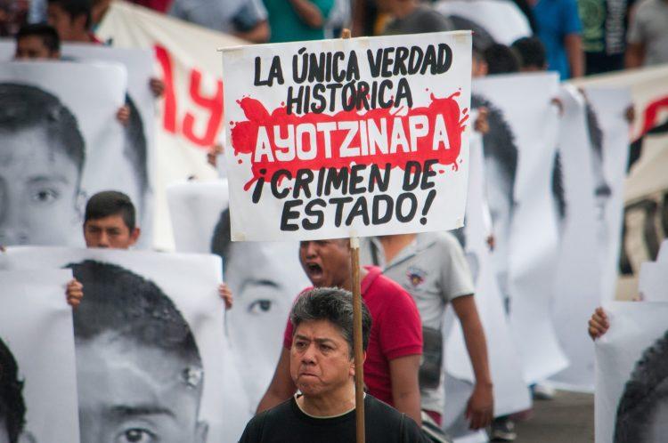"""CIUDAD DE MÉXICO, 26ABRIL2018.- A 43 meses de la desaparición de los 43 estudiantes de la escuela rural """"Raúl Isidro Burgos"""" de Ayotzinapa, Guerrero, sus padres y compañeros normalistas marcharon del Ángel de la Independencia al zócalo capitalino; a su paso pegaron retratos de sus compañeros en las vallas de un terrero ubicado en la calle de Morelos y Reforma.  FOTO: DIEGO SIMÓN SÁNCHEZ /CUARTOSCURO.COM"""