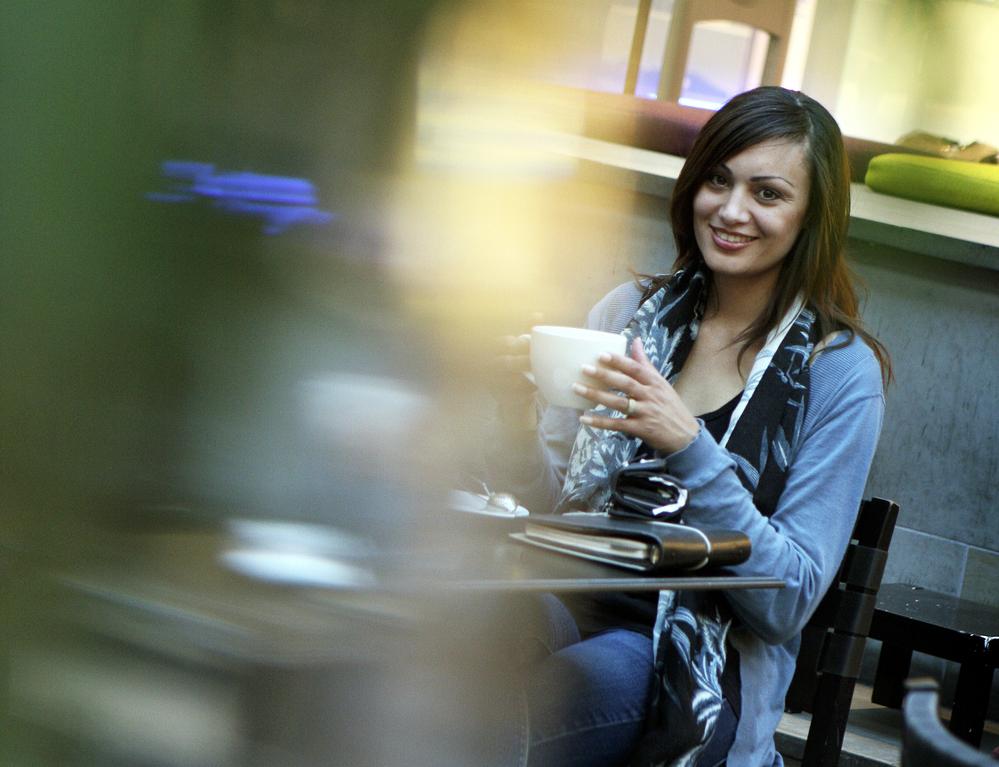 projektledare och konsult - en av de första bilderna som fotograf Ida Frid tog på mig i kafémiljö när jag hade startat eget företag