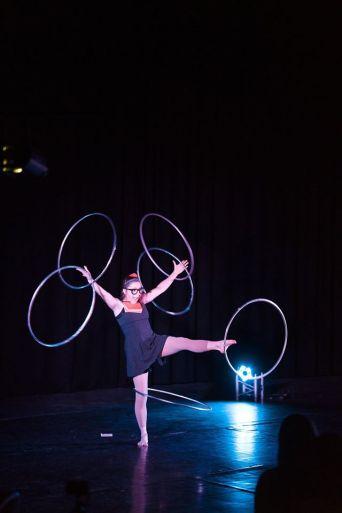 Numéro de hula-hoop comique