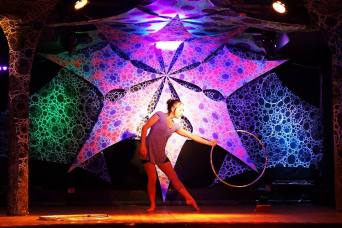 Spectacle de hula-hoop