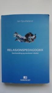 Relasjonskompetanse er avgjørende for læring. Denne boka gir forståelse og innsikt i viktige situasjoner i skolehverdagen.