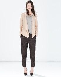 Ecco qui un esempio di blazer dal colore chiaro accompagnato da pantaloni effetto pelle che cadono dritti e nascondono la linea del fianco. Fonte:http://www.zara.com/it/it/donna/giacche-c269184.html#product=2010524&viewMode=two