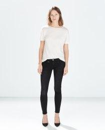 Indossate il vostro paio di skinny jeans preferito con una semplice T-shirt bianca: sarete casual e sempre alla moda! Fonte:http://www.zara.com/it/it/denim/donna/pantaloni-denim-curve-alla-caviglia-c676002p2254039.html