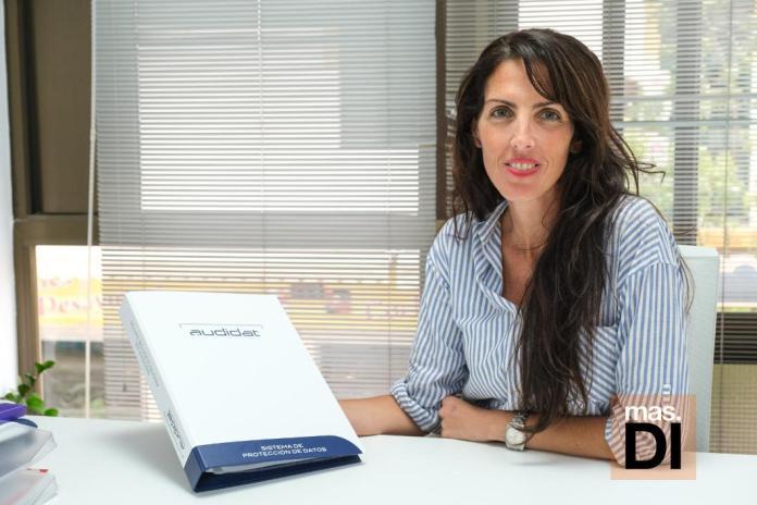 Esther Brachi, experta en protección de datos en la oficina de Audidat en Ibiza.