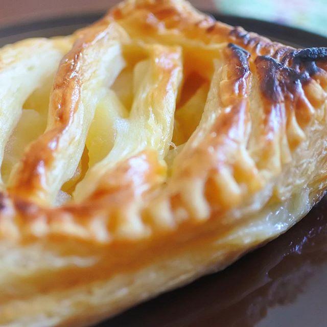 おはよう☆グッドモーニング!岩見沢へGO♪美味しいものしか食べたくない!【アップルパイ】珍しく朝から甘い旨いアップルパイを食べて似合わないと思ったそこの貴方!正解です☆アップルパイよりも納豆が似合うおっさんです♪さぁ、今日は岩見沢で作業☆頑張るべーい!!!#グルメ #hokkaido #sapporo #japan #yammy #instafood #follow #followme #instagood #food #instagram