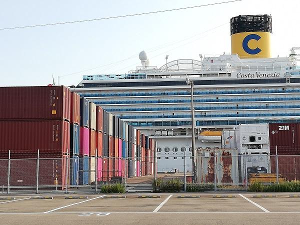 クルーズ船の手前にコンテナが多数。