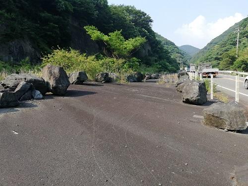 大きな岩が2列なれんでいるように見える。