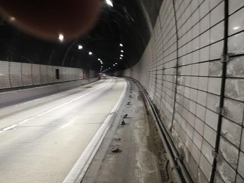 新犬鳴トンネルの幅の狭い歩道。