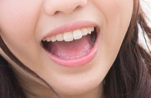 美しい口元と綺麗な歯の女性