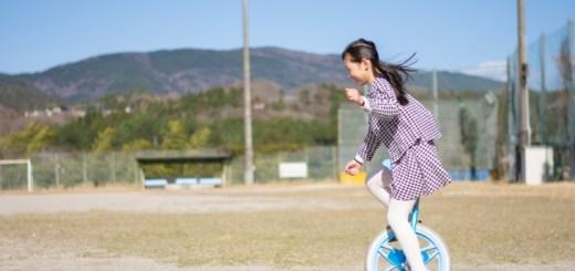 一輪車に乗る女の子