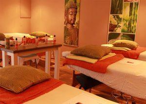 Cursusruimte bij Masaka. massagetafels