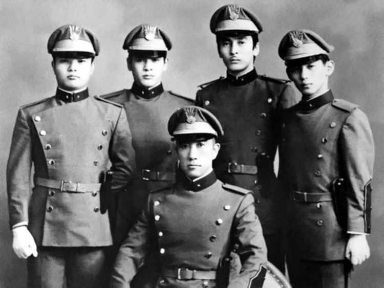 Мисима с членами «Общества щита», которым предстояло принять участие в инциденте. Крайний слева — Морита Масакацу, до конца последовавший за своим лидером и духовным наставником