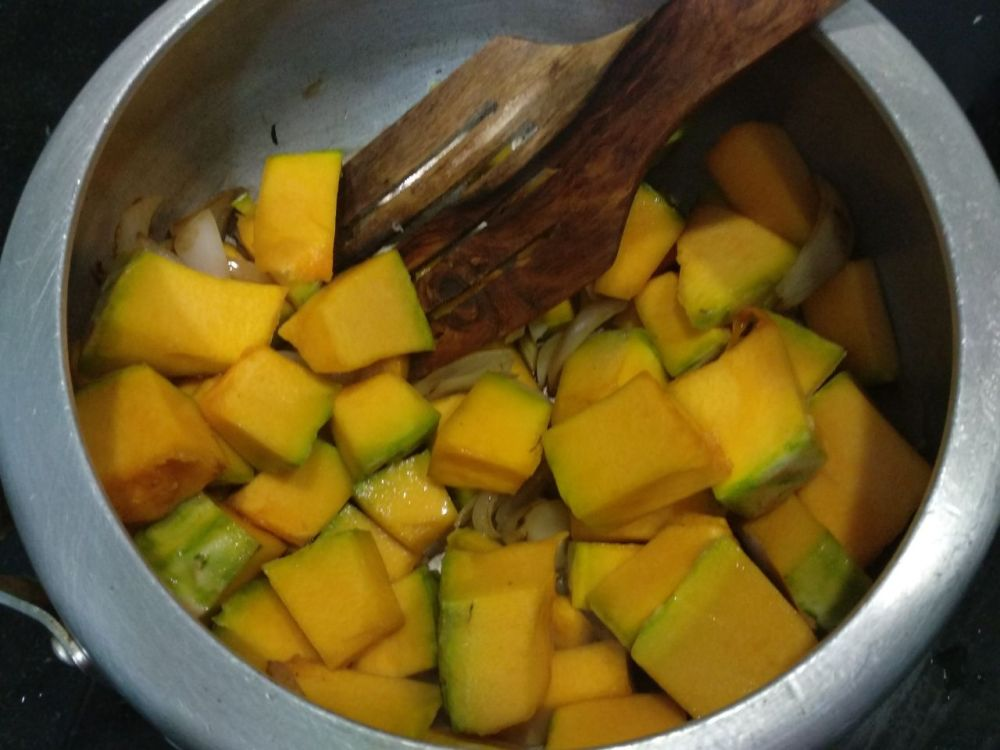 Pumpkin-soup-in-making