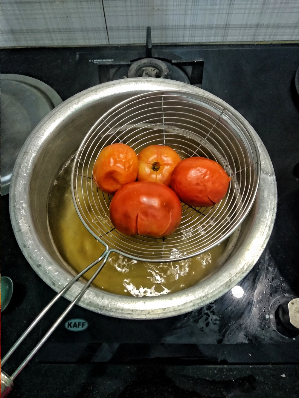 Remove_tomatoes_from_the_boiling_water