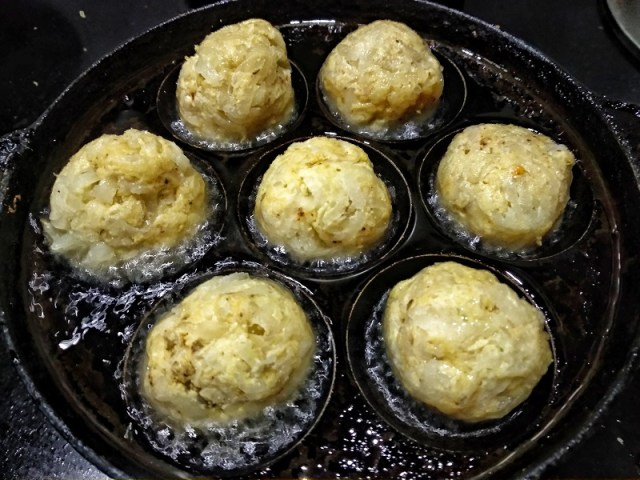 Make small koftas and add them to an appe pan