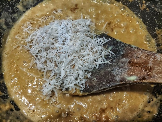 Add freshly grated coconut to the condensing kheer