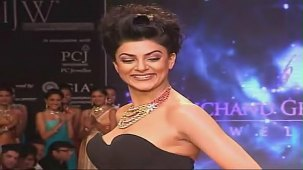 SUSHMITA SEN CLEAVAGE SHOW AT IIJW 2012 FOR BIRDICHAND GHANSHYAMDAS - YouTube[(003182)21-13-25]