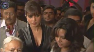 SHOCKING_ Priyanka Chopra shows CLEAVAGE - YouTube[(001298)19-21-49]