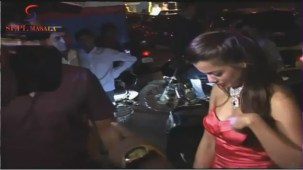 VOW !! Hot & Sexy Mugdha Godse Showing Her Deep Cleveage - YouTube[(000322)20-06-32]
