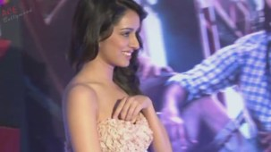 Shraddha Kapoor Adjusting Gown (Shakti Kapoor's Daughter)[20-08-42]